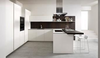 Cocina escaparate moderna blanca.