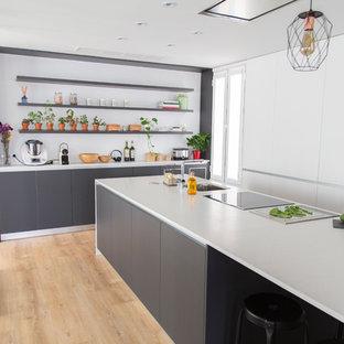 Immagine di una grande cucina design chiusa con lavello stile country, ante bianche, top in quarzo composito, paraspruzzi a effetto metallico, paraspruzzi con piastrelle di metallo, elettrodomestici in acciaio inossidabile, isola e top bianco