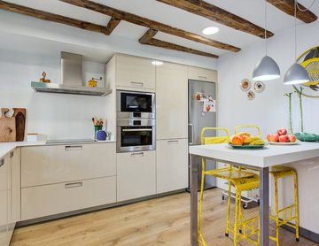 Cocina moderna integrada en una vivienda con historia.
