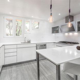 Inspiration för mellanstora moderna kök, med en undermonterad diskho, släta luckor, vita skåp, vitt stänkskydd, rostfria vitvaror, målat trägolv och en halv köksö