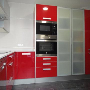 Cocina rojo brillo canto aluminio macizo.