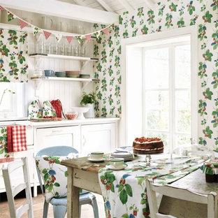 Imagen de cocina comedor lineal, de estilo de casa de campo, de tamaño medio, sin isla, con suelo de madera en tonos medios, fregadero sobremueble, armarios estilo shaker, puertas de armario blancas y salpicadero blanco