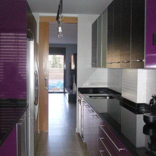 Geschlossene, Zweizeilige, Kleine Klassische Küche ohne Insel mit Unterbauwaschbecken, Glasfronten und Keramikboden in Sonstige