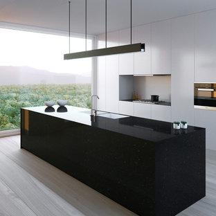 Diseño de cocina lineal, minimalista, de tamaño medio, abierta, con armarios con paneles lisos, puertas de armario blancas y una isla