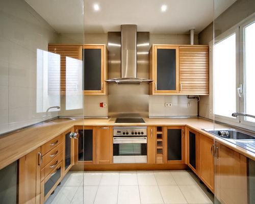 skandinavische k chen mit metallicfarbener k chenr ckwand. Black Bedroom Furniture Sets. Home Design Ideas