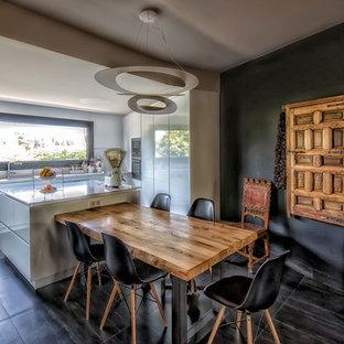 マドリードの大きいエクレクティックスタイルのおしゃれなキッチン (フラットパネル扉のキャビネット、白いキャビネット、人工大理石カウンター、グレーのキッチンパネル、シルバーの調理設備の、セラミックタイルの床) の写真