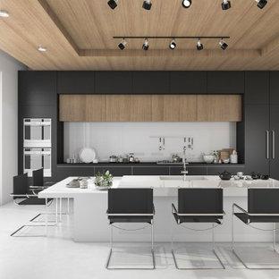 マラガの大きいモダンスタイルのおしゃれなキッチン (アンダーカウンターシンク、フラットパネル扉のキャビネット、黒いキャビネット、クオーツストーンカウンター、白いキッチンパネル、ガラスまたは窓のキッチンパネル、シルバーの調理設備の、セラミックタイルの床、グレーの床、白いキッチンカウンター) の写真