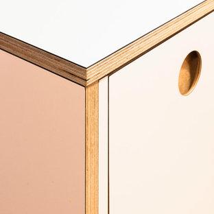 マドリードの中くらいの北欧スタイルのおしゃれなキッチン (ドロップインシンク、シェーカースタイル扉のキャビネット、ピンクのキャビネット、ラミネートカウンター、白いキッチンパネル、セラミックタイルのキッチンパネル、シルバーの調理設備、ライムストーンの床、アイランドなし、黒い床、ピンクのキッチンカウンター、折り上げ天井) の写真