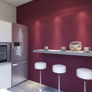 Mittelgroße Moderne Wohnküche ohne Insel in L-Form mit Einbauwaschbecken, weißen Schränken, Quarzwerkstein-Arbeitsplatte, bunter Rückwand, Küchengeräten aus Edelstahl, Linoleum, buntem Boden und grauer Arbeitsplatte in Sonstige