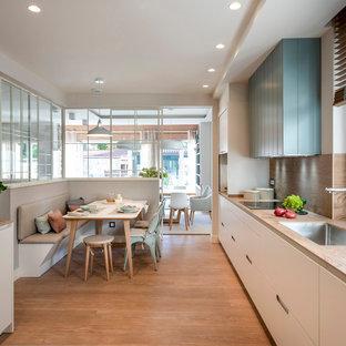 Exempel på ett stort skandinaviskt brun linjärt brunt kök med öppen planlösning, med en undermonterad diskho, luckor med infälld panel, vita skåp, bänkskiva i kvarts, brunt stänkskydd, stänkskydd i keramik, integrerade vitvaror, laminatgolv och brunt golv