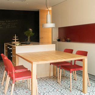 Foto de cocina lineal, actual, grande, cerrada, con armarios estilo shaker, puertas de armario de madera oscura, suelo de baldosas de cerámica, una isla, suelo multicolor y salpicadero rojo