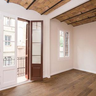 Idéer för mellanstora funkis linjära svart kök med öppen planlösning, med en enkel diskho, släta luckor, vita skåp, bänkskiva i kvarts, svart stänkskydd, stänkskydd i marmor, rostfria vitvaror, terrazzogolv och gult golv