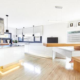 Foto de cocina en U, actual, extra grande, abierta, con armarios abiertos, puertas de armario blancas, salpicadero blanco, electrodomésticos blancos, dos o más islas y suelo marrón