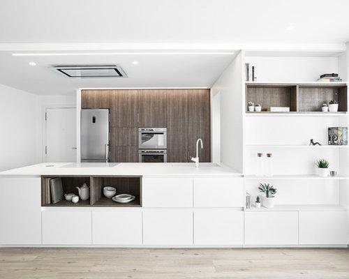 imagen de cocina de galera moderna con fregadero armarios con paneles lisos