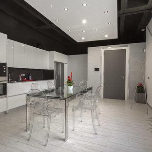 Diseño de cocina comedor lineal, contemporánea, sin isla, con fregadero encastrado, armarios con paneles lisos, puertas de armario blancas, salpicadero verde, electrodomésticos de acero inoxidable, suelo de madera pintada y suelo blanco