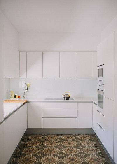 Modern Kitchen by Paula G. Furió