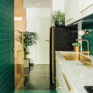 Foto på ett funkis vit linjärt kök, med släta luckor, vita skåp, bänkskiva i kvarts, grönt stänkskydd, grönt golv, en undermonterad diskho, stänkskydd i keramik och svarta vitvaror