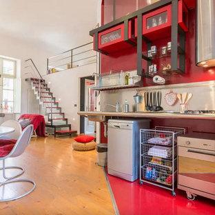 Offene, Einzeilige Industrial Küche ohne Insel mit offenen Schränken und Küchenrückwand in Metallic in Madrid