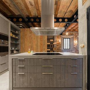 Modelo de cocina urbana, grande, abierta, con suelo de cemento y una isla