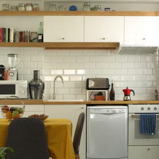 Diseño de cocina comedor lineal, minimalista, pequeña, con fregadero encastrado, armarios con paneles lisos, encimera de madera, salpicadero blanco, salpicadero de azulejos de cerámica, electrodomésticos blancos, suelo de baldosas de cerámica y suelo turquesa