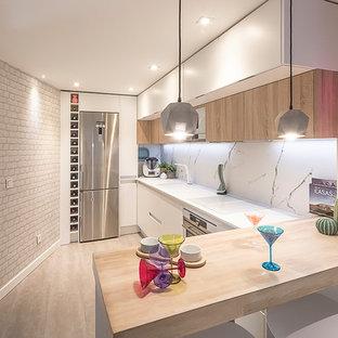 他の地域の小さい北欧スタイルのおしゃれなキッチン (アンダーカウンターシンク、フラットパネル扉のキャビネット、白いキャビネット、クオーツストーンカウンター、白いキッチンパネル、大理石のキッチンパネル、白い調理設備、リノリウムの床、グレーの床、白いキッチンカウンター) の写真