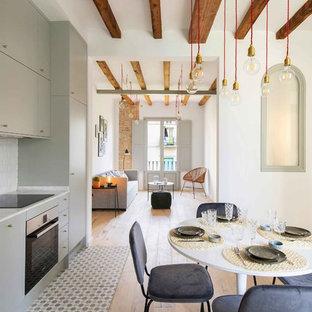 Modelo de cocina lineal, escandinava, abierta, sin isla, con armarios con paneles lisos, puertas de armario grises, salpicadero blanco, salpicadero de azulejos tipo metro, suelo multicolor y encimeras blancas