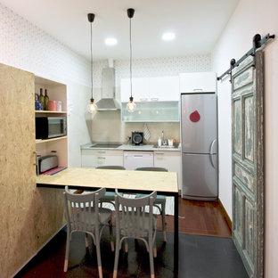 Idées déco pour une cuisine américaine linéaire scandinave avec un placard à porte plane, des portes de placard blanches, un électroménager en acier inoxydable, une crédence blanche, un sol en bois foncé et un plan de travail vert.