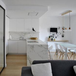 Diseño de cocina en L, escandinava, de tamaño medio, abierta, con armarios con paneles lisos, puertas de armario blancas, encimera de mármol, salpicadero blanco, salpicadero de mármol, península, fregadero bajoencimera y suelo de madera clara
