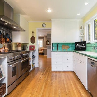 ロサンゼルスの小さいカントリー風おしゃれなキッチン (シングルシンク、オープンシェルフ、白いキャビネット、タイルカウンター、緑のキッチンパネル、磁器タイルのキッチンパネル、シルバーの調理設備の、無垢フローリング、アイランドなし、茶色い床、緑のキッチンカウンター) の写真