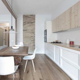 Imagen de cocina comedor lineal, contemporánea, sin isla, con armarios con paneles empotrados, puertas de armario blancas, salpicadero blanco, suelo de madera en tonos medios, suelo marrón y encimeras beige
