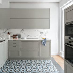 他の地域の広いコンテンポラリースタイルのおしゃれなキッチン (レイズドパネル扉のキャビネット、グレーのキャビネット、大理石カウンター、白いキッチンパネル、大理石のキッチンパネル、シルバーの調理設備、マルチカラーの床、白いキッチンカウンター、シングルシンク、セラミックタイルの床) の写真