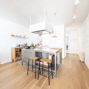 Imagen de cocina en L, contemporánea, abierta, con suelo de azulejos de cemento, una isla y suelo multicolor