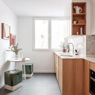 Immagine di una cucina scandinava di medie dimensioni con ante lisce, paraspruzzi grigio, paraspruzzi in marmo, pavimento in vinile, nessuna isola, pavimento grigio, top bianco, lavello a vasca singola e ante in legno chiaro