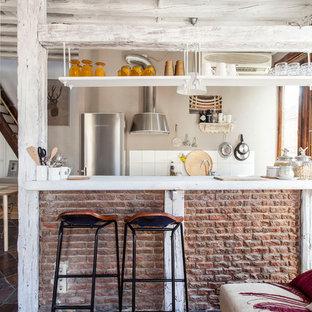 Foto de cocina de galera, rural, de tamaño medio, abierta, con salpicadero blanco y península