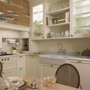 Esempio di una cucina shabby-chic style di medie dimensioni con lavello a doppia vasca, ante bianche, top in marmo, paraspruzzi bianco, paraspruzzi in lastra di pietra e pavimento in terracotta