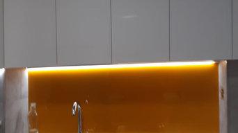 Reforma cocina muebles luxe blanco brillo y fondal curry.