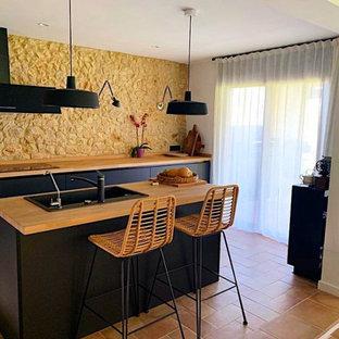 Diseño de cocina comedor lineal, rústica, pequeña, con fregadero encastrado, armarios abiertos, puertas de armario con efecto envejecido, encimera de madera, salpicadero marrón, suelo de terrazo, una isla y encimeras beige