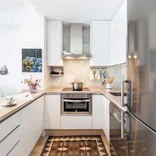 Foto de cocina en U, marinera, pequeña, cerrada, sin isla, con armarios con paneles lisos, puertas de armario blancas y salpicadero blanco