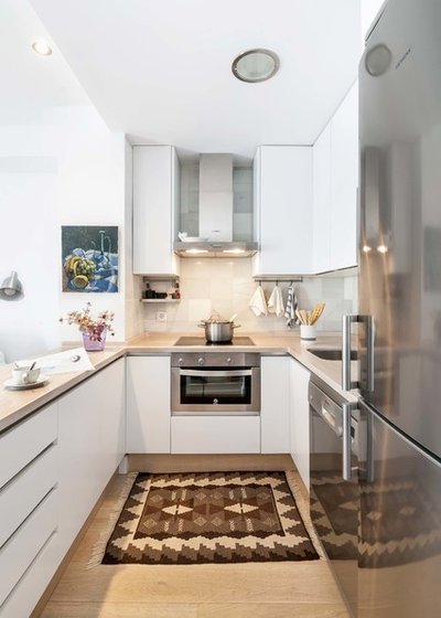 Transitional Kitchen by U+G Estudio de Arquitectura