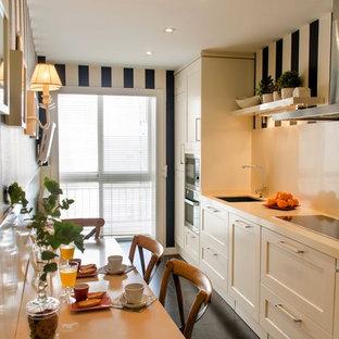 Klassisk inredning av ett mellanstort linjärt kök och matrum, med en undermonterad diskho, luckor med infälld panel, vita skåp, bänkskiva i kvarts, vitt stänkskydd, rostfria vitvaror och klinkergolv i keramik