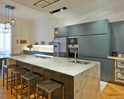 diseo de cocina lineal grande abierta con armarios con paneles lisos