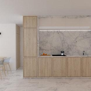 他の地域の小さい北欧スタイルのおしゃれなキッチン (一体型シンク、フラットパネル扉のキャビネット、淡色木目調キャビネット、大理石カウンター、白いキッチンパネル、大理石のキッチンパネル、パネルと同色の調理設備、大理石の床、アイランドなし、白い床、白いキッチンカウンター) の写真