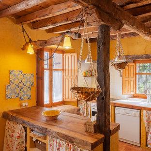 Imagen de cocina campestre con fregadero encastrado, puertas de armario de madera oscura, encimera de madera, salpicadero de vidrio, electrodomésticos blancos y península