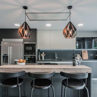 Foto de cocina comedor lineal, contemporánea, con una isla y encimera de piedra caliza