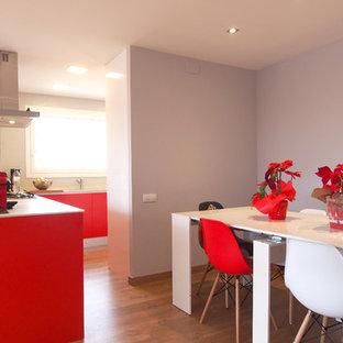 Inspiration för moderna kök, med en enkel diskho, röda skåp, bänkskiva i onyx och laminatgolv