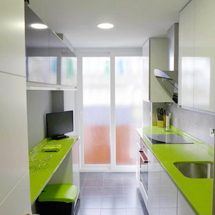 Mid-sized modern galley separate kitchen in Madrid with green benchtop, an undermount sink, flat-panel cabinets, black cabinets, quartz benchtops, grey splashback, porcelain splashback, stainless steel appliances, porcelain floors, no island and grey floor.