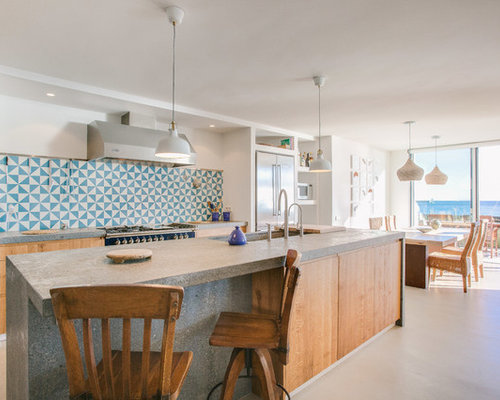 ejemplo de cocina comedor de galera marinera con armarios con paneles lisos puertas