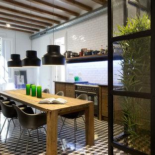 Foto de cocina comedor lineal, urbana, de tamaño medio, sin isla, con puertas de armario de madera oscura, salpicadero blanco, suelo de baldosas de cerámica, armarios abiertos y salpicadero de azulejos tipo metro