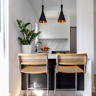 Diseño de cocina escandinava con fregadero bajoencimera, armarios con paneles lisos, puertas de armario blancas, salpicadero blanco, salpicadero de losas de piedra, suelo de madera clara, suelo beige y encimeras blancas