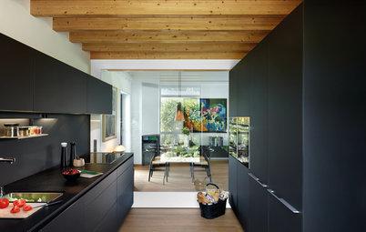 Parecidos razonables: Dos cocinas negras modernas llenas de luz